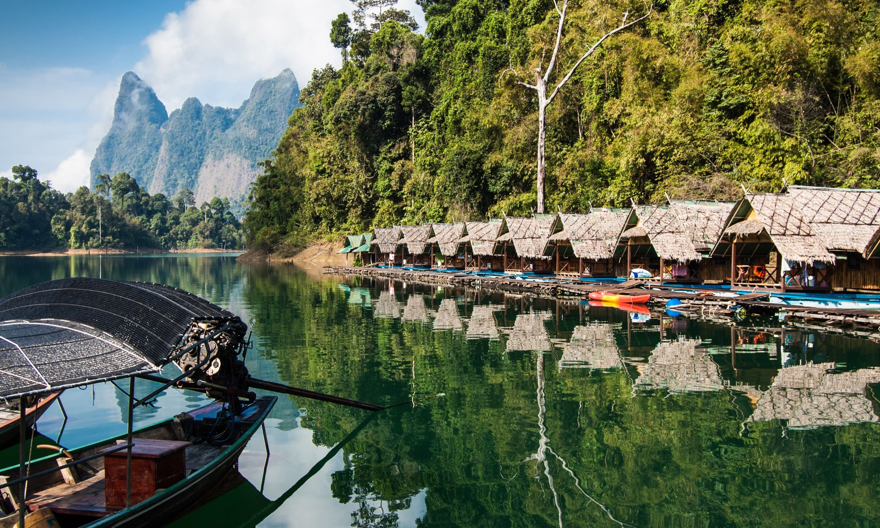 Lakeside raft houses on Cheow Lan Lake, Khao Sok National Park (Dreamstime)
