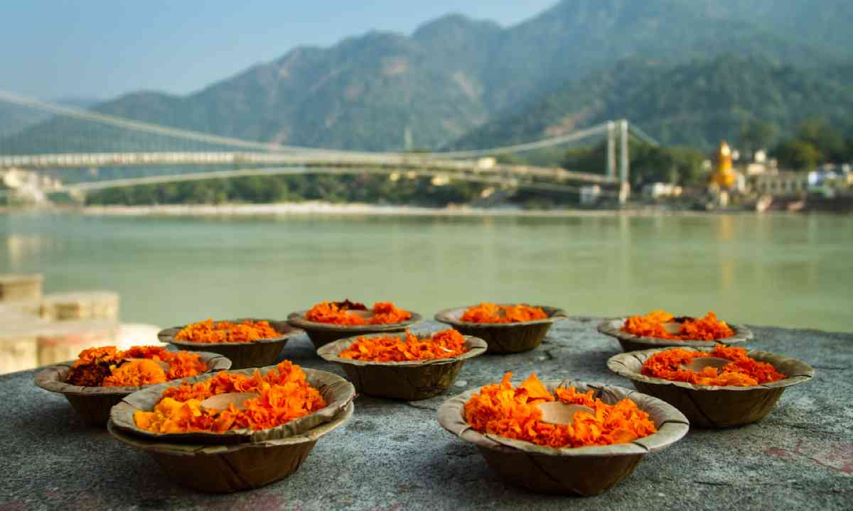 Puja flowers offering for the Ganges river in Rishikesh (Shutterstock)