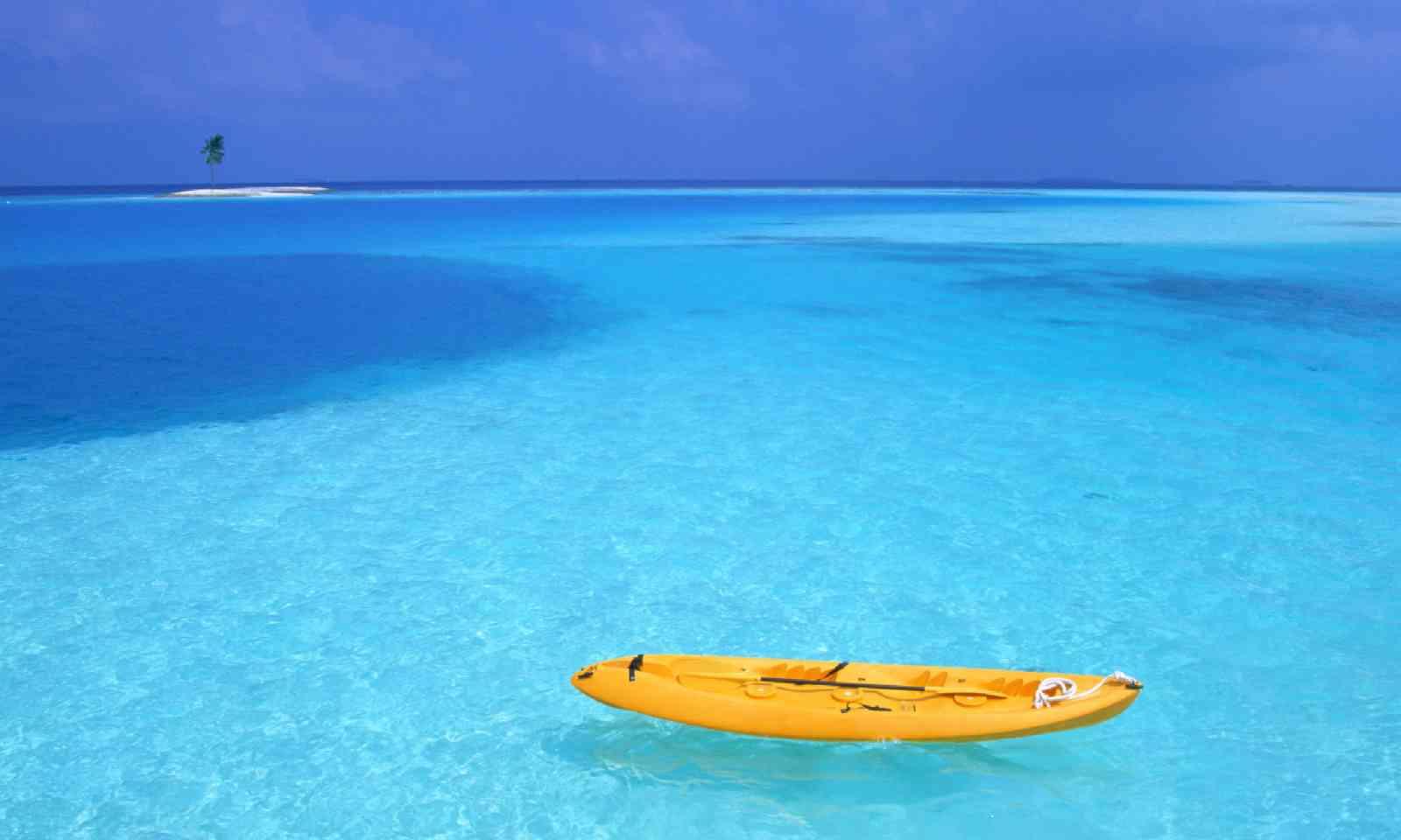Kayak in Fiji (Shutterstock)