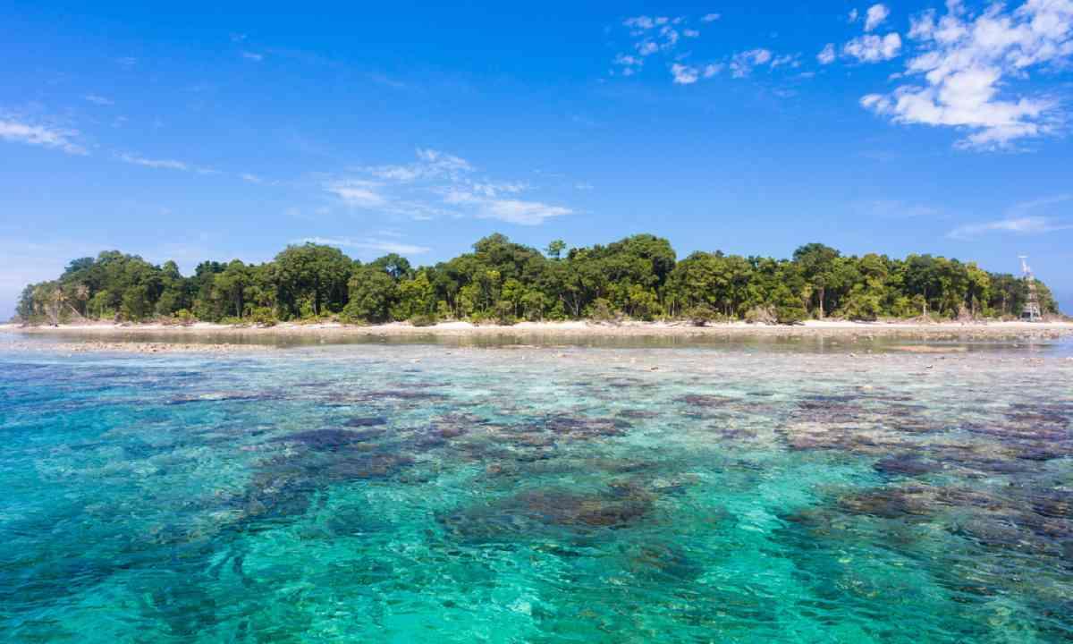 Turquoise ocean water and idyllic tropical island of Sipadan (Dreamstime)