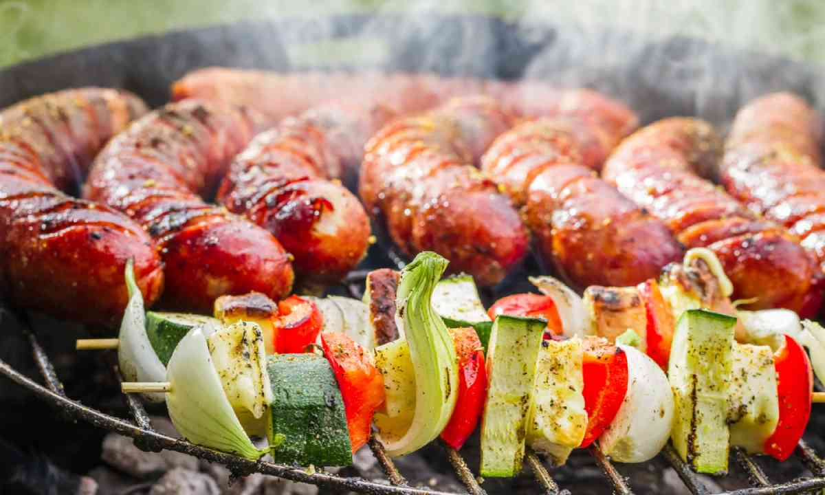 Sausages and skewers on the grill (Shutterstock)