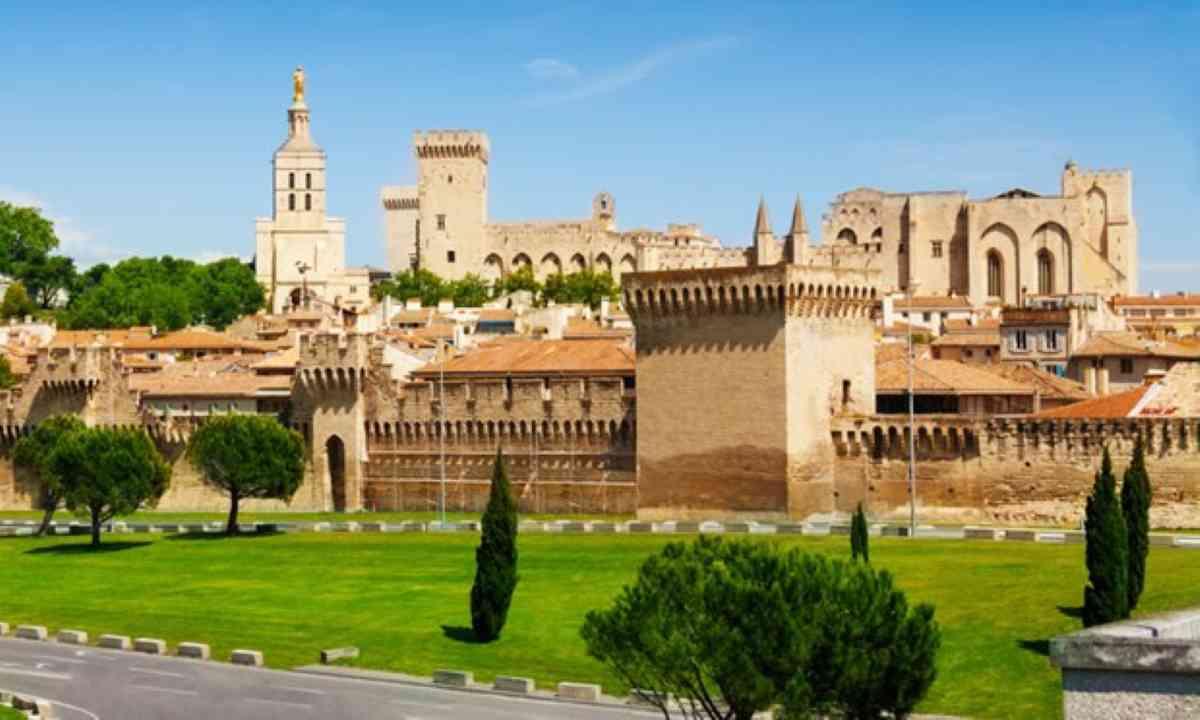 Old town of Avignon (Shutterstock)