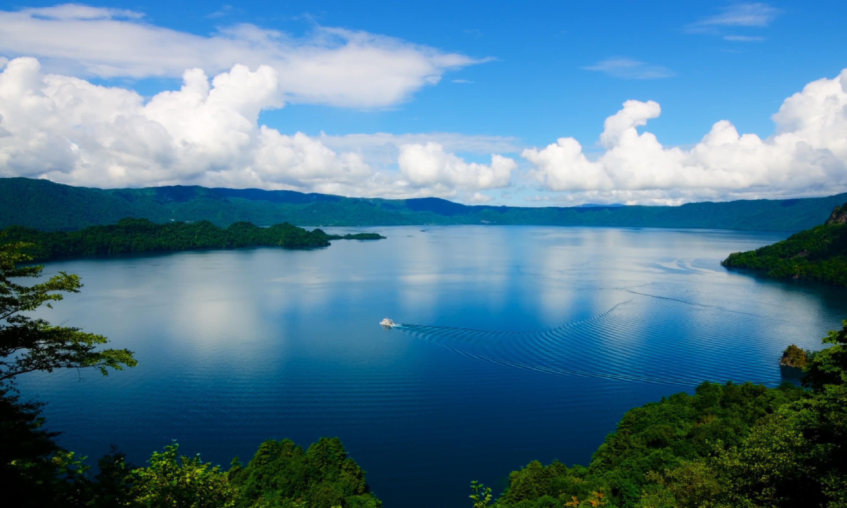 Lake Towada (Shutterstock)