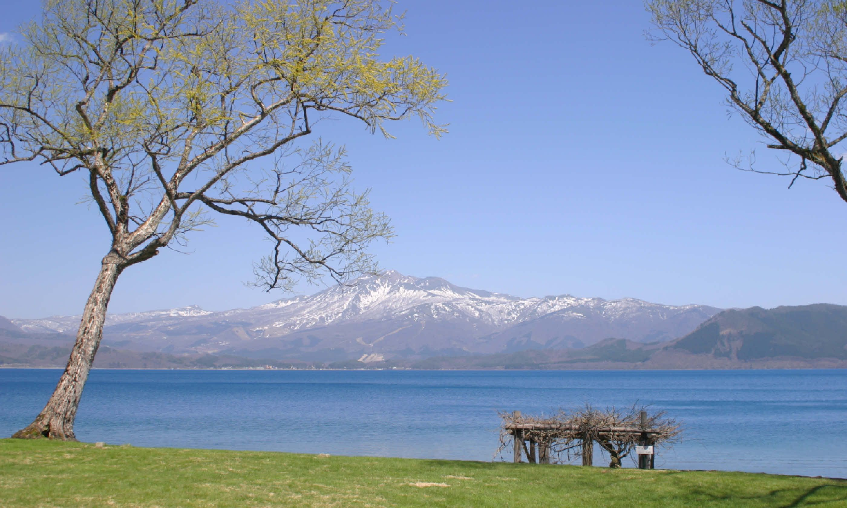 Mt. Komagatake from the shore of Tazawa lake (Shutterstock)