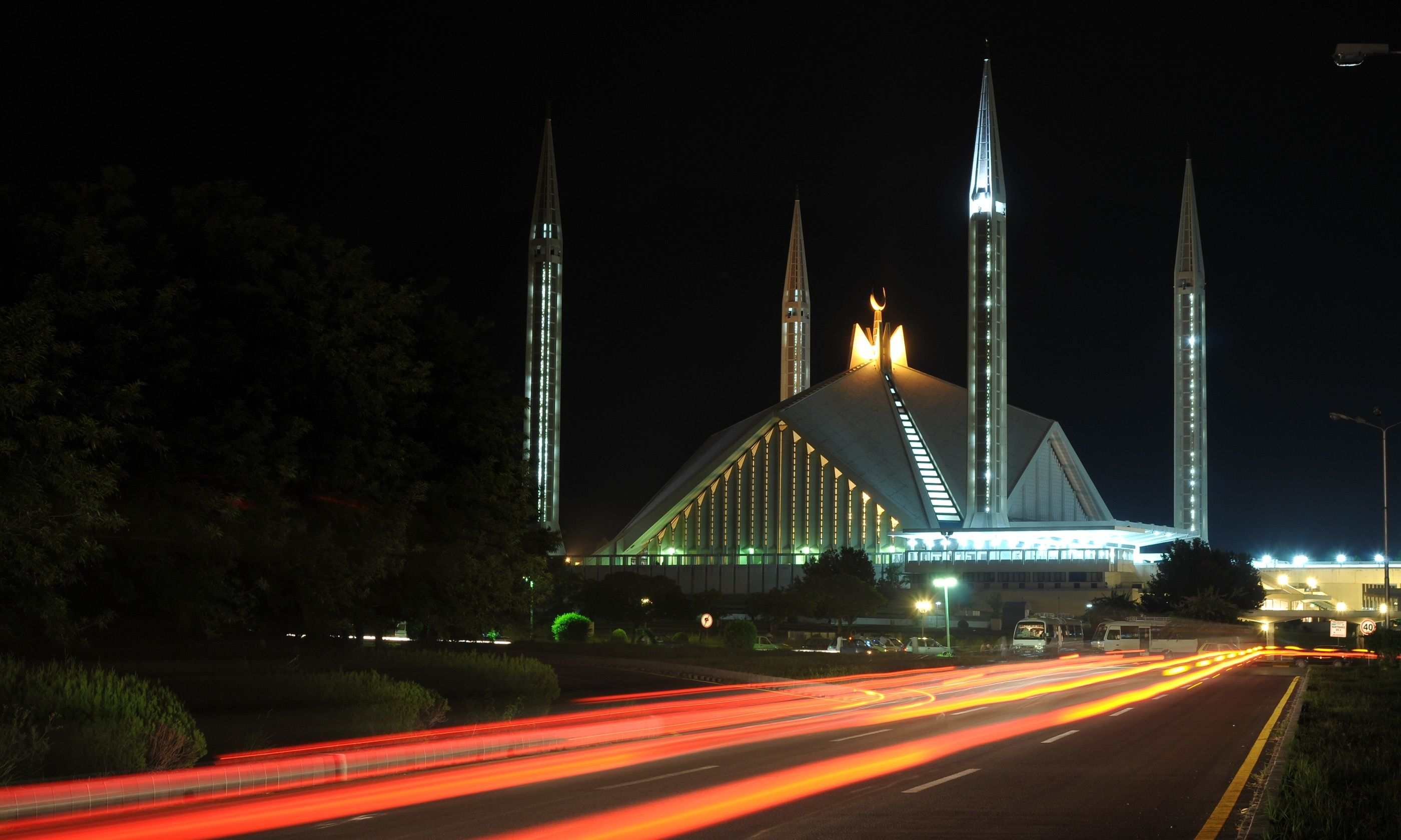 Night view of Faisal Mosque (Dreamstime)