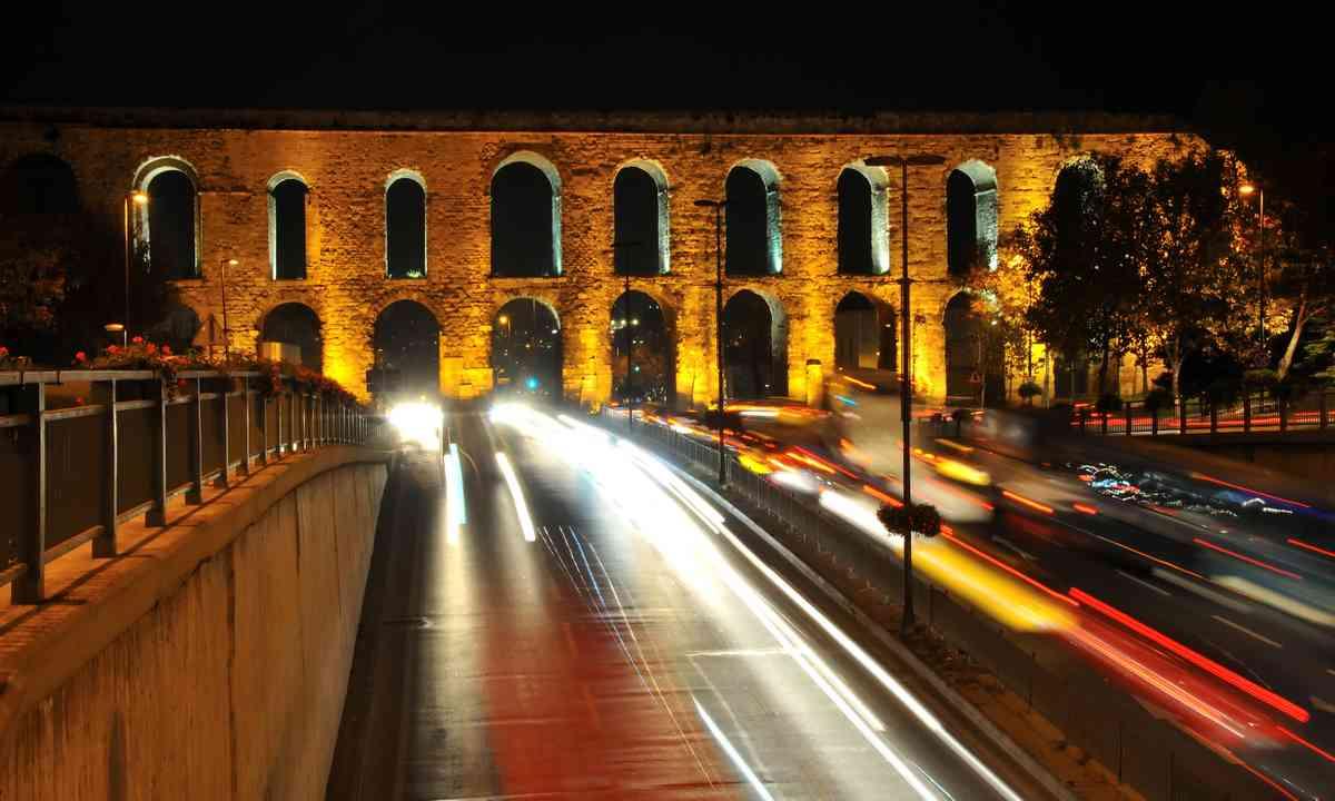 Valens aqueduct at night (Dreamstime)