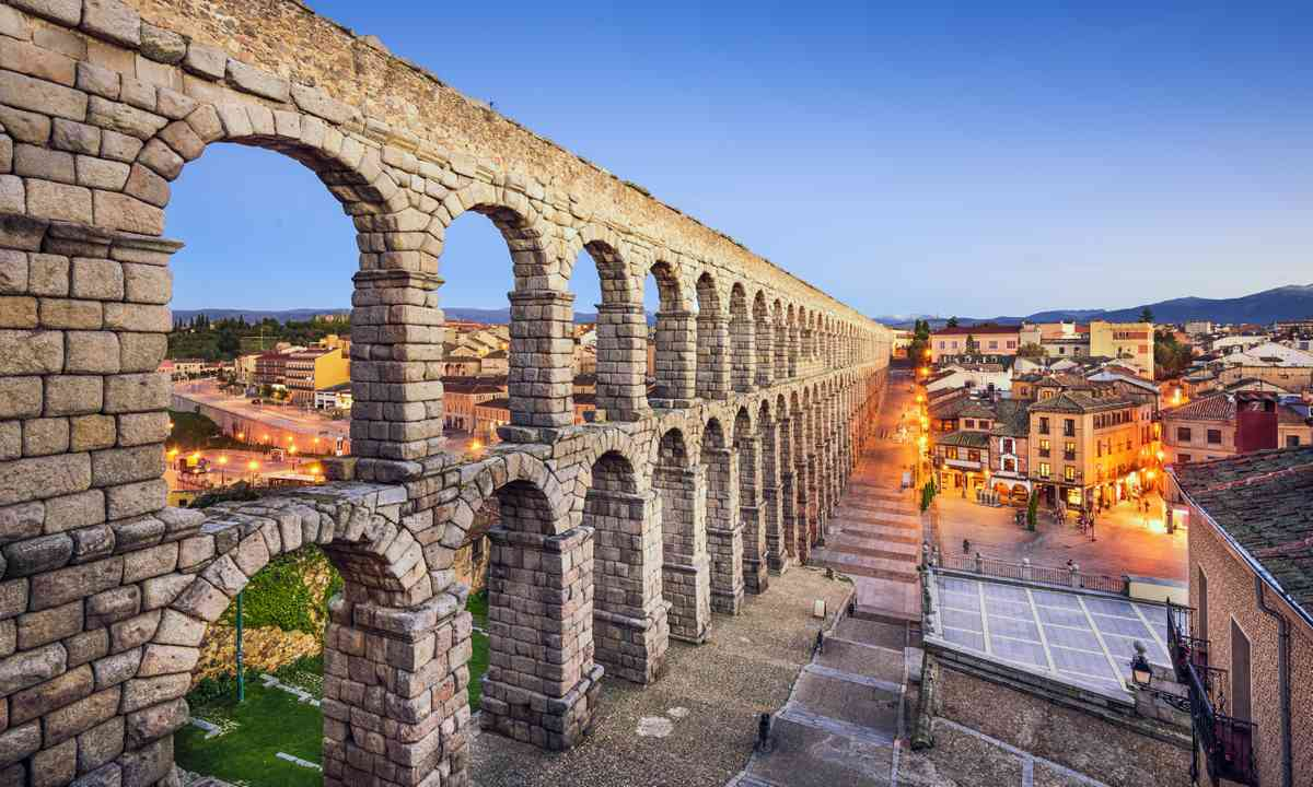Aqueduct of Segovia at sunset (Dreamstime)