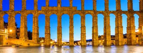 Segovia aqueduct at night (Dreamstime)