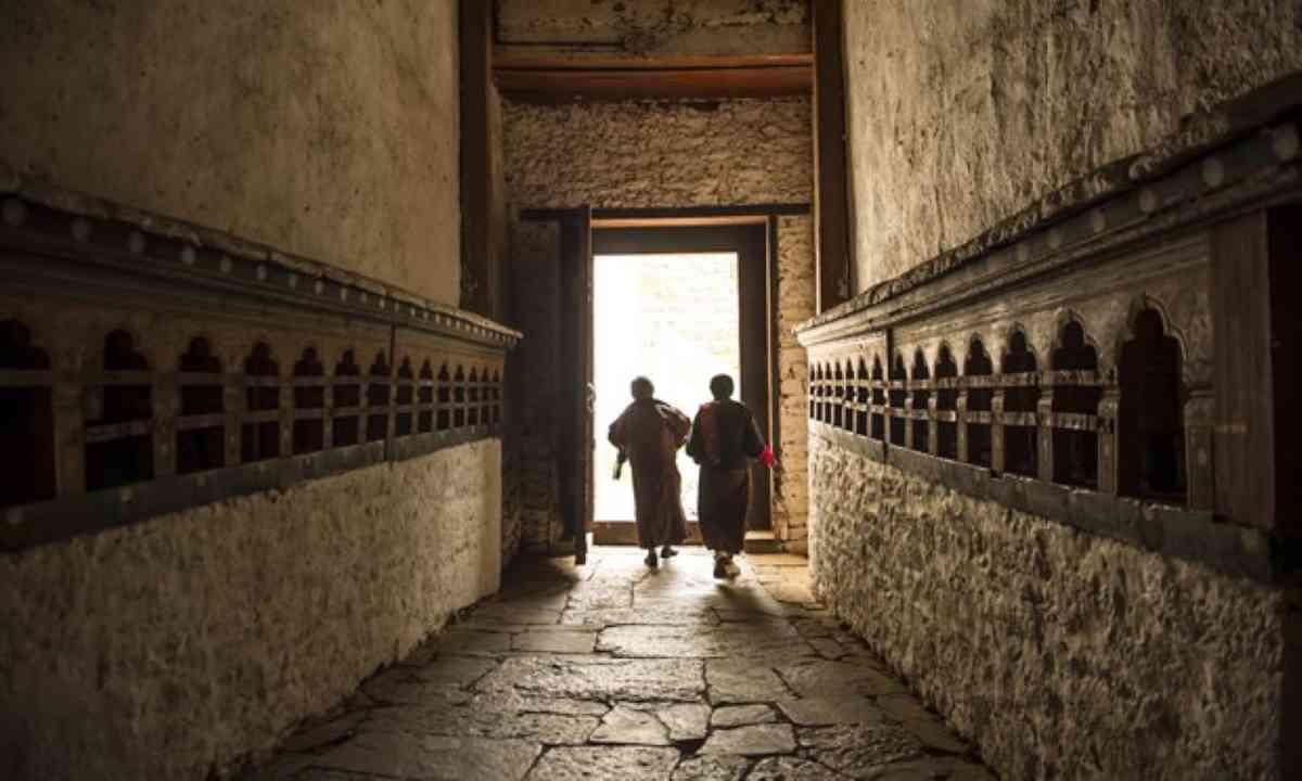 Monks walking to Trongsa Dzong (Shutterstock)