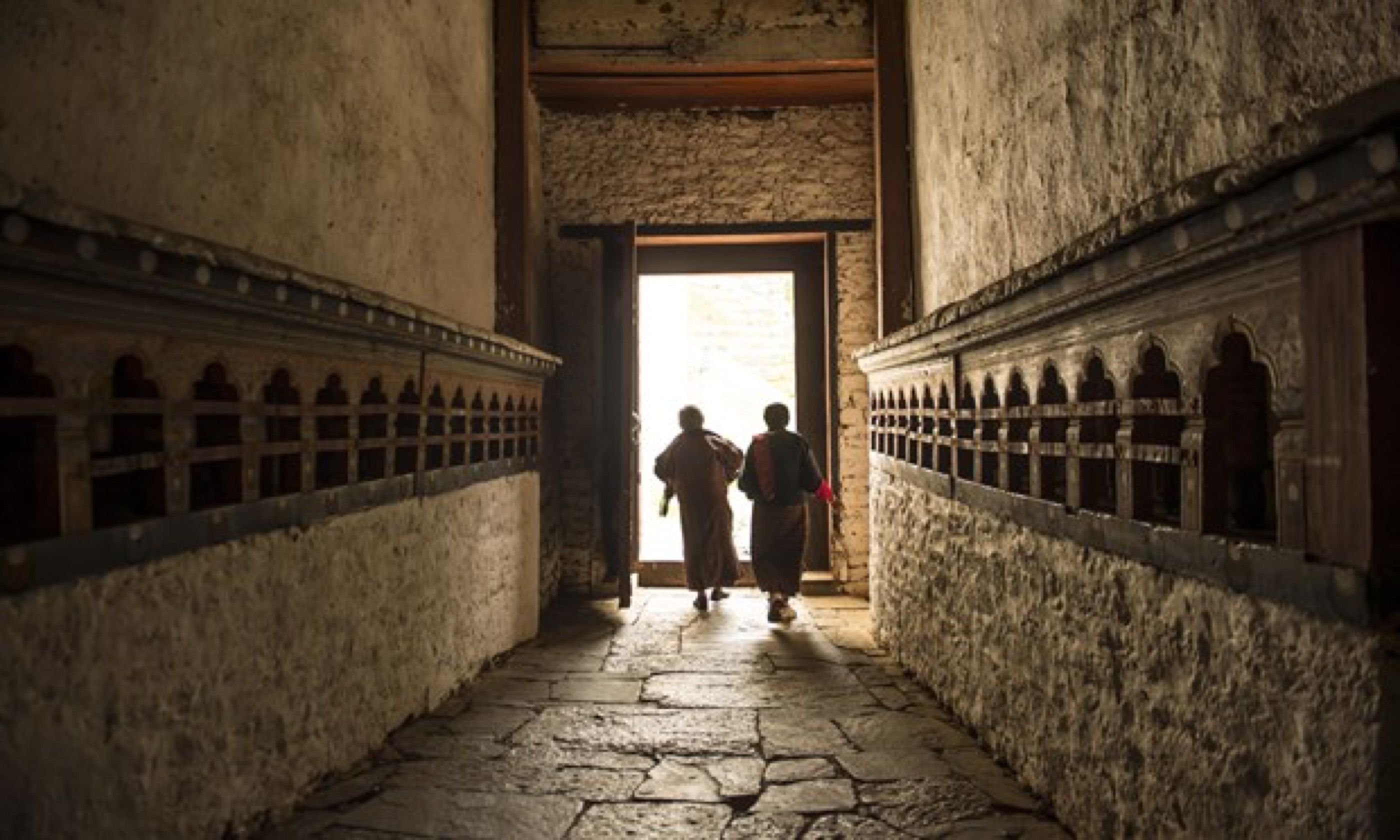 Monks walking to Trongsa Dzong (Shutterstock)