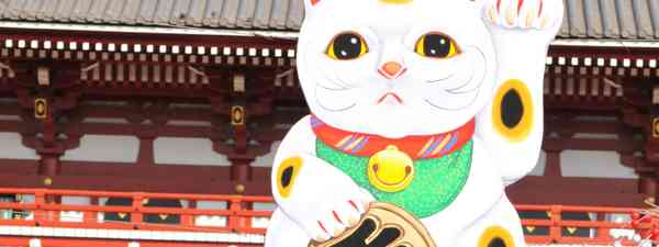 Japanese lucky cat atop a temple, Tokyo (Dreamstime)