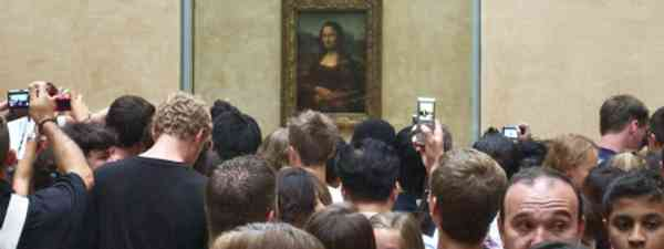 The Mona Lisa is also crowded (Flickr: Stew Dean)