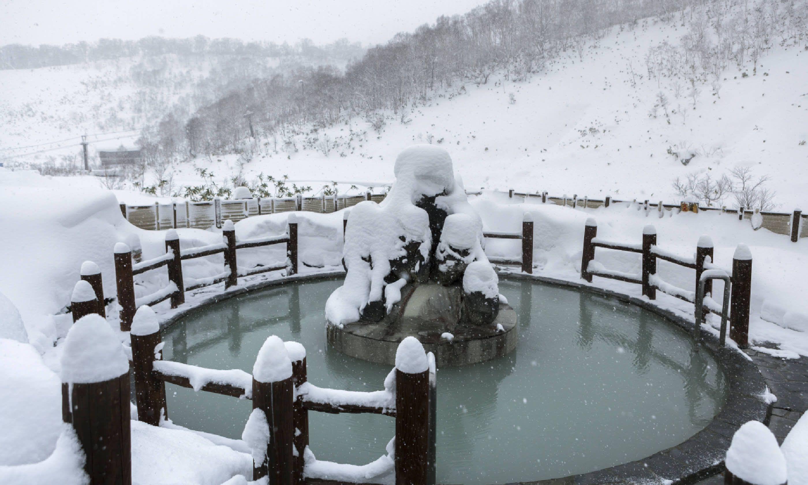 Open air hot onsen in snow winter, Hokkaido (Shutterstock)