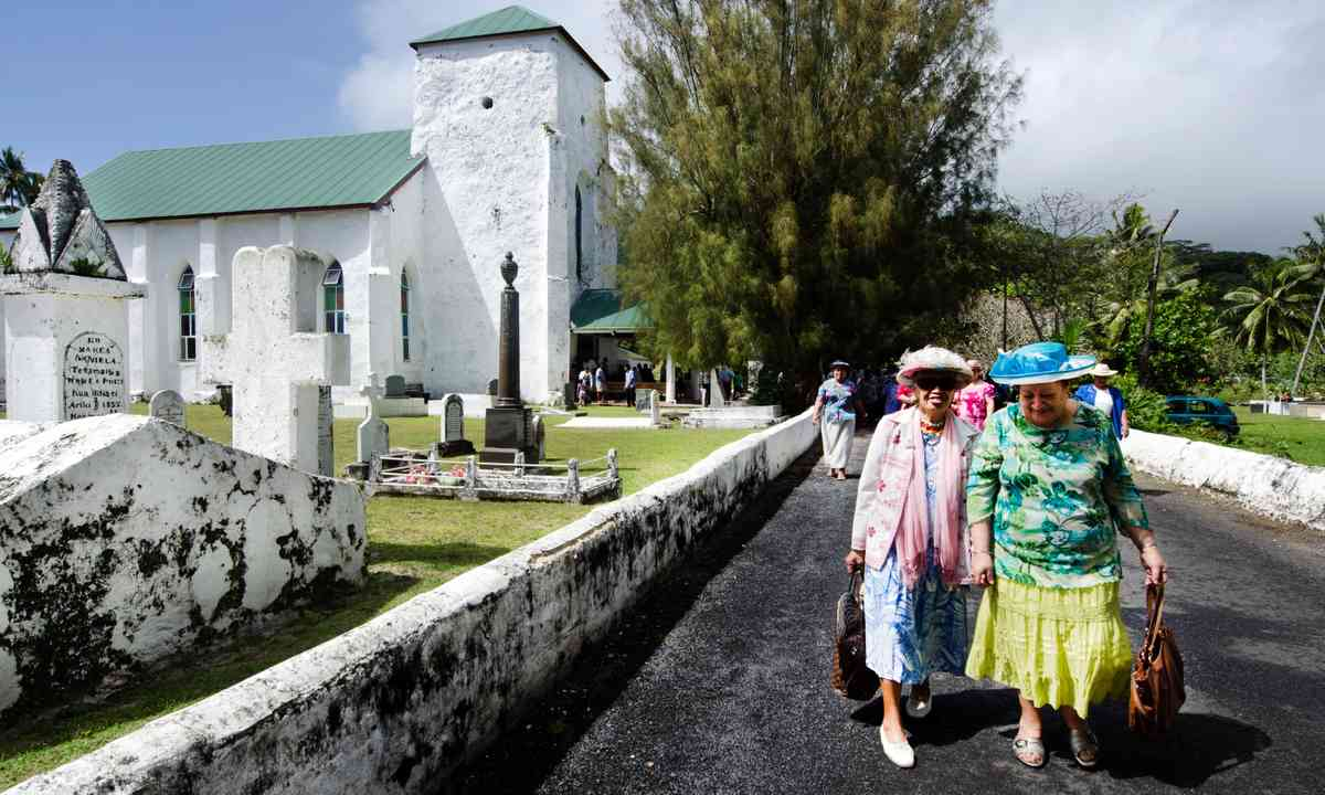 Sunday worshipers leaving Avarua Church (Dreamstime)