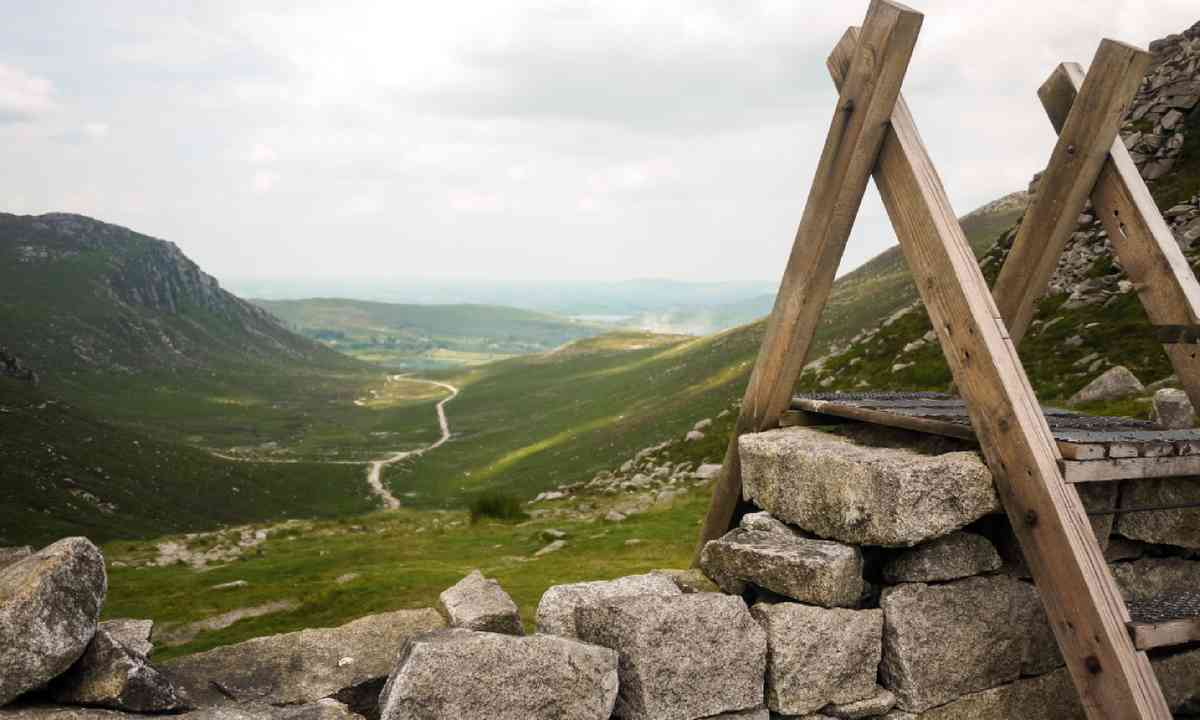 Stile over the Mourne Wall at Hare's Gap (Shutterstock)