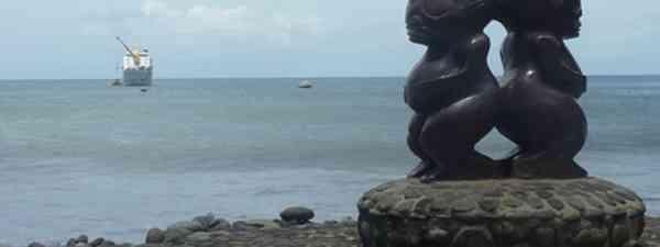 Kissing statue (Marie Javins)