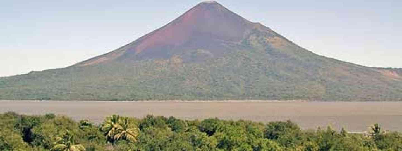 The Momotombo volcano and Lake Nicaragua (dalbera)