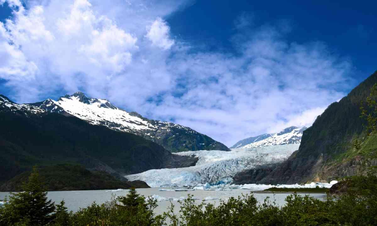 Mendenhall Glacier in Juneau, Alaska (Shutterstock)