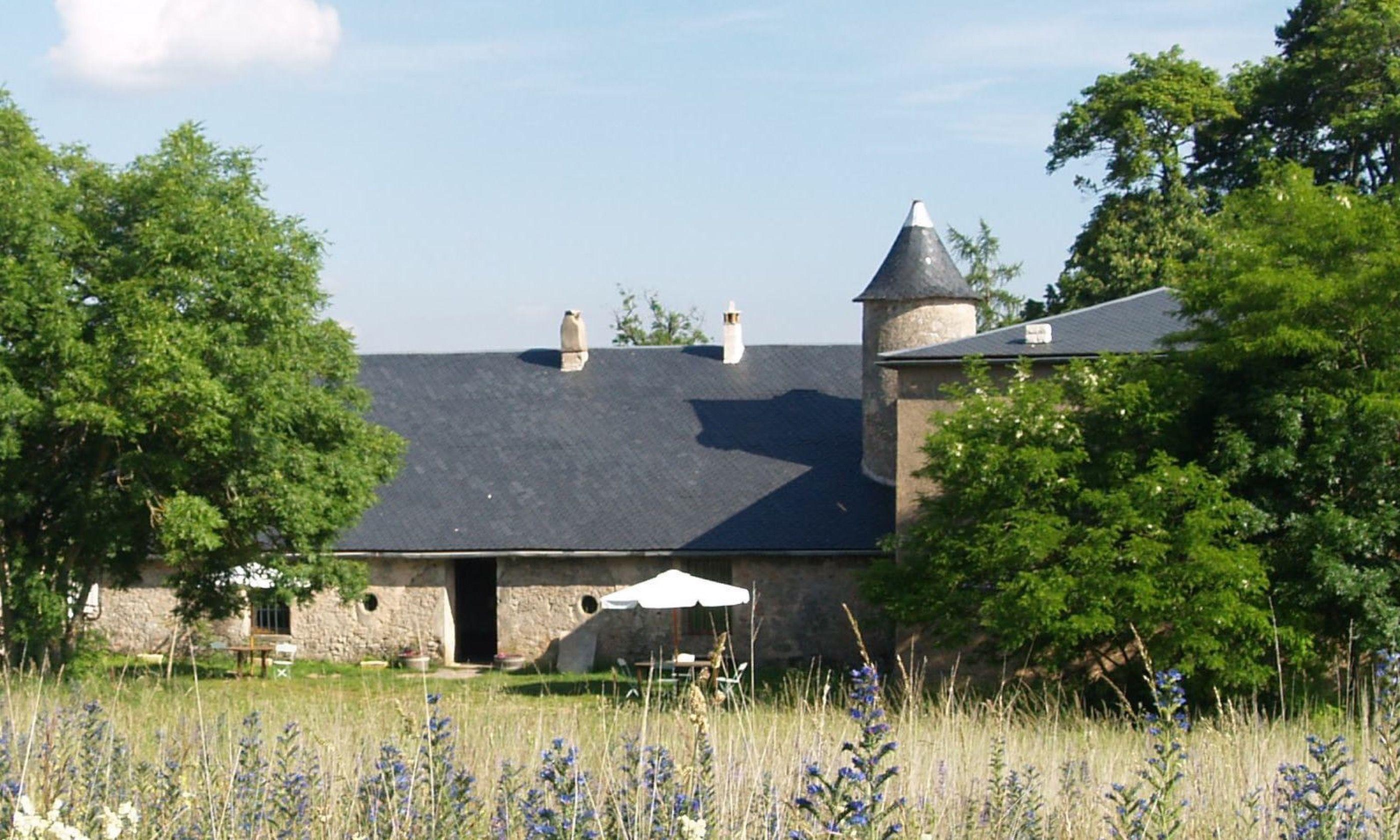 Ancient farmhouse on the campsite (domaine-de-pradines.com)