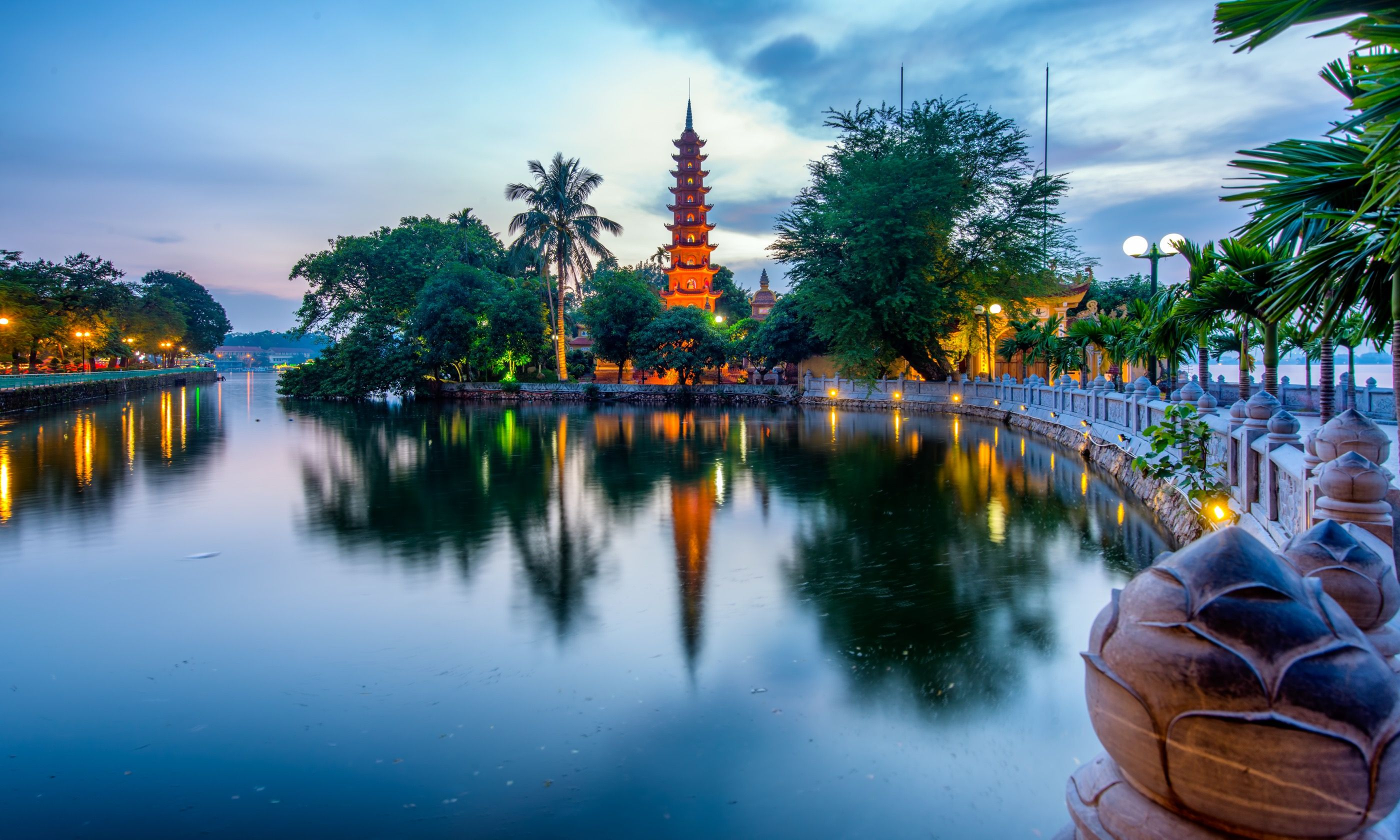 Tran Quoc Pagoda at sunset (Dreamstime)