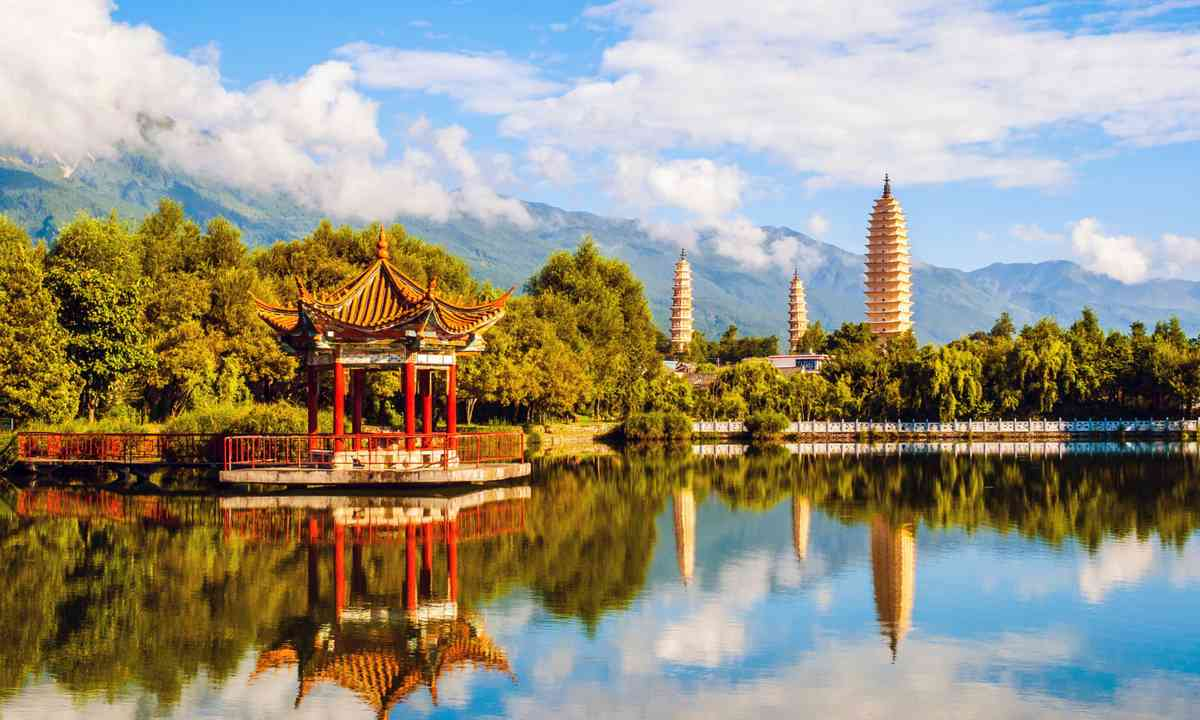 The Three Pagodas, backed by the Cangshan Mountains (Dreamstime)