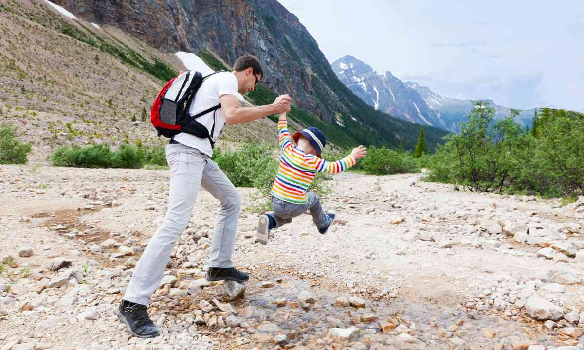 Father and son hiking (Dreamstime)