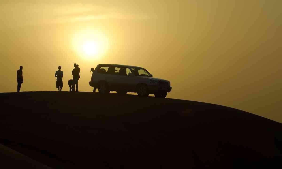 Family driving in desert (Dreamstime)
