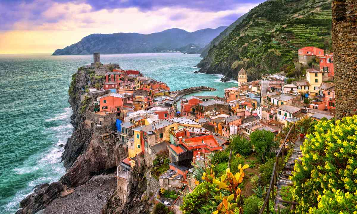 Approaching Vernazza (Dreamstime)