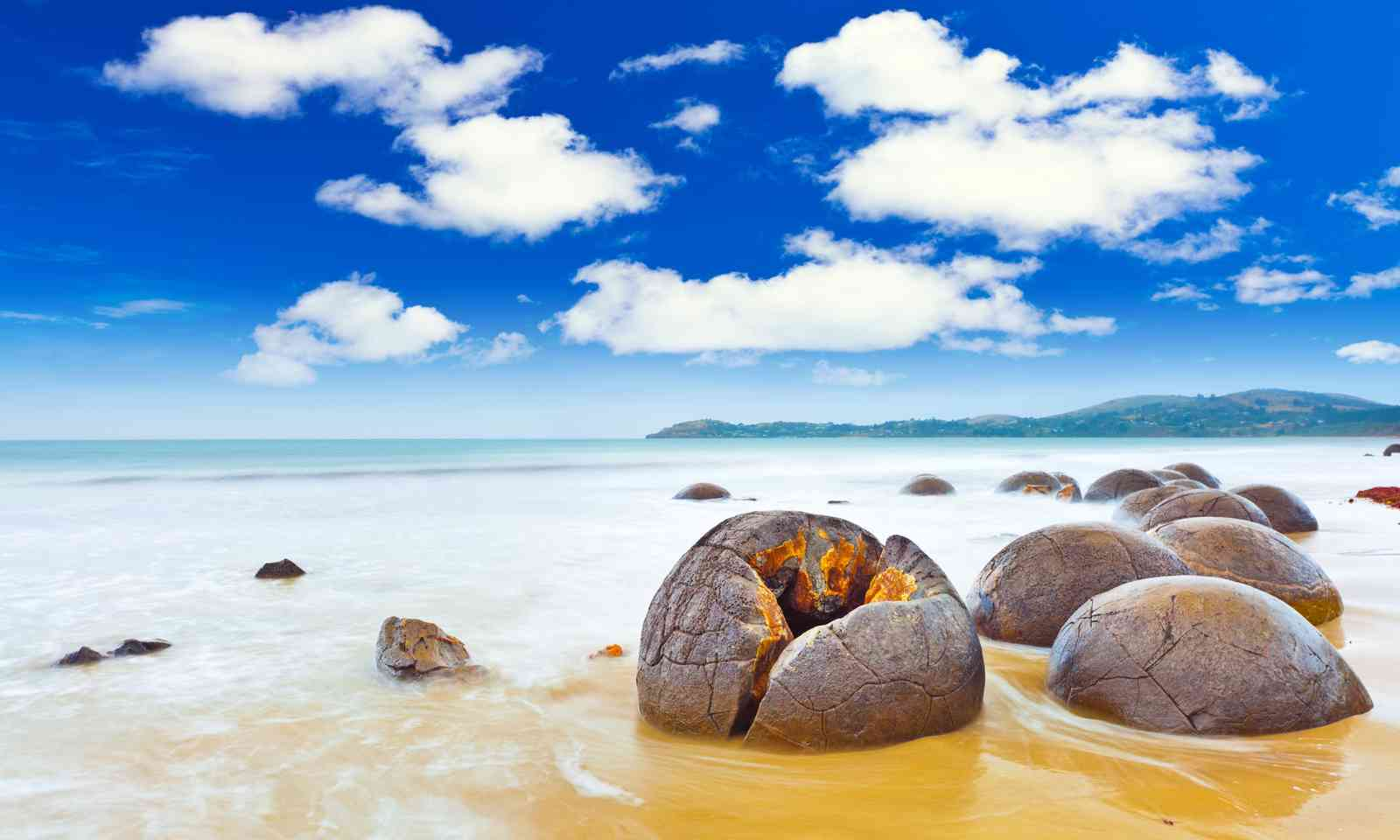 Moeraki Boulders (Dreamstime)
