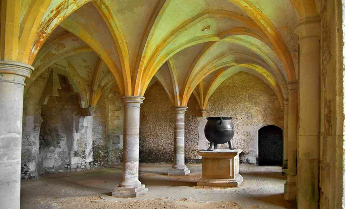 Medieval cauldron in Lacock Abbey (Dreamstime)