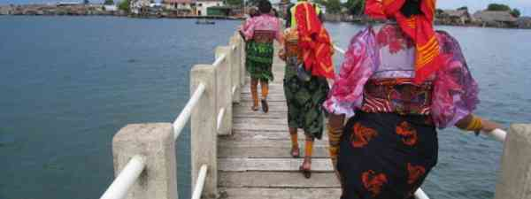 Women on the San Blas archipelago let their clothes express their mood (kmacelwee)