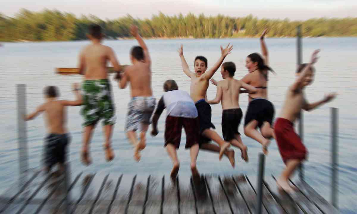 Kids jumping into lake (Dreamstime)
