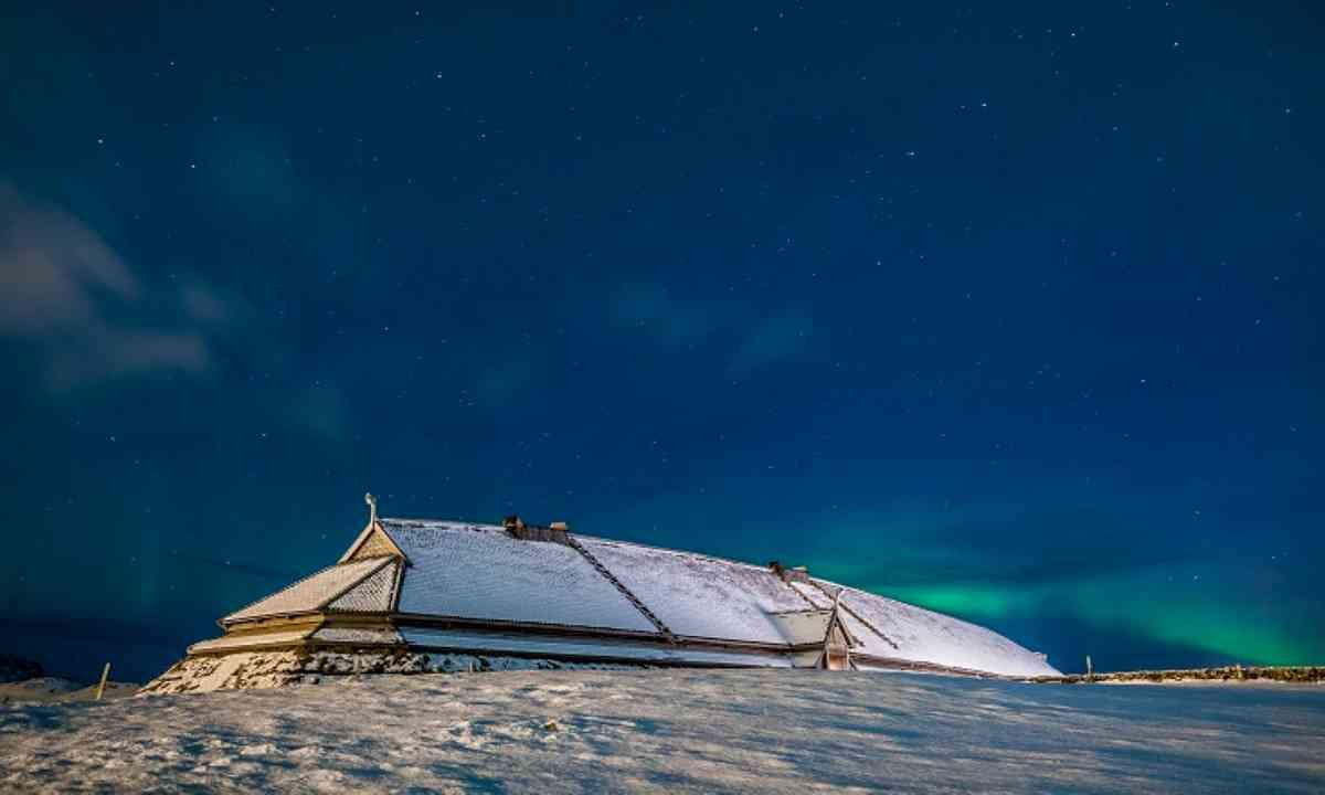 Longhouse under the Northern Lights (lofotr.no)