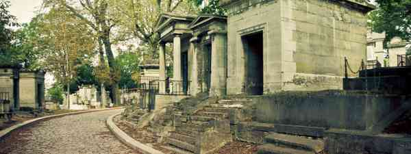 Tombs of Pere Lachaise cemetery (Shutterstock: see credit below)