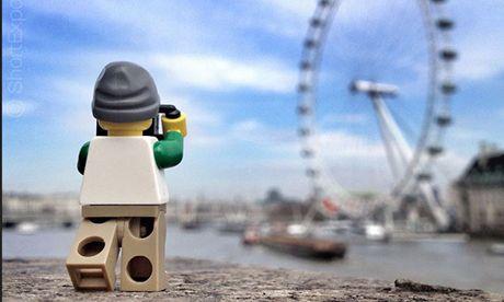Legoman taking photo of London Eye (Andrew Whyte)