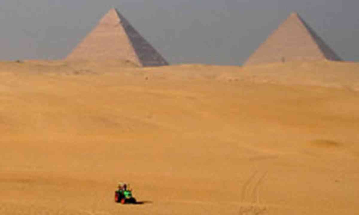 Tractor at the Pyramids (Manon Ossevoort)