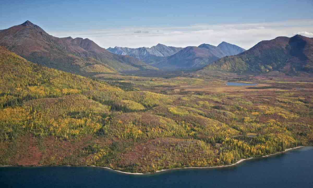 Alaskan mountain valley (Shutterstock)
