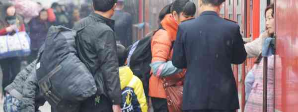 Getting on to a crowded Chinese train (Dreamtime)
