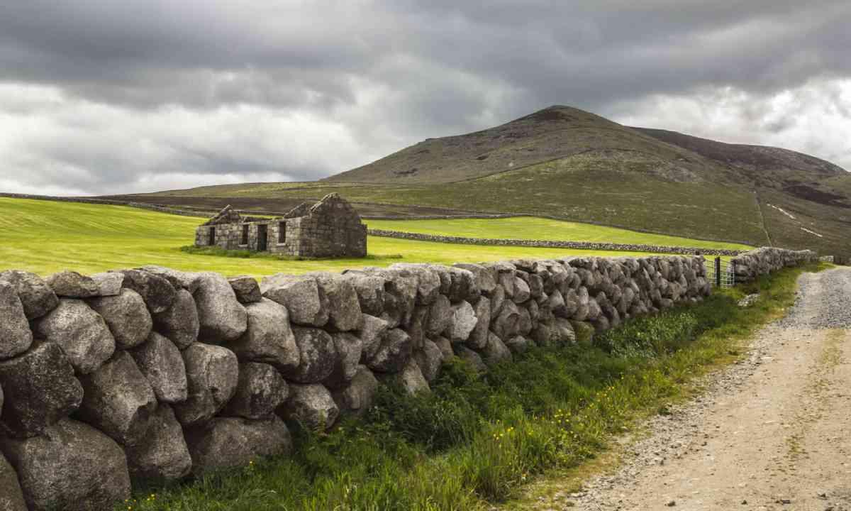 Derelict cottage in the Mournes, Ireland (Shutterstock)