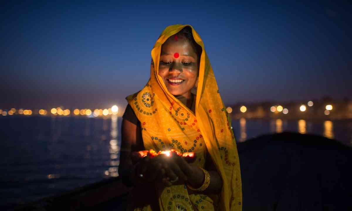 Praying on the banks of the Varanasi (Shutterstock)