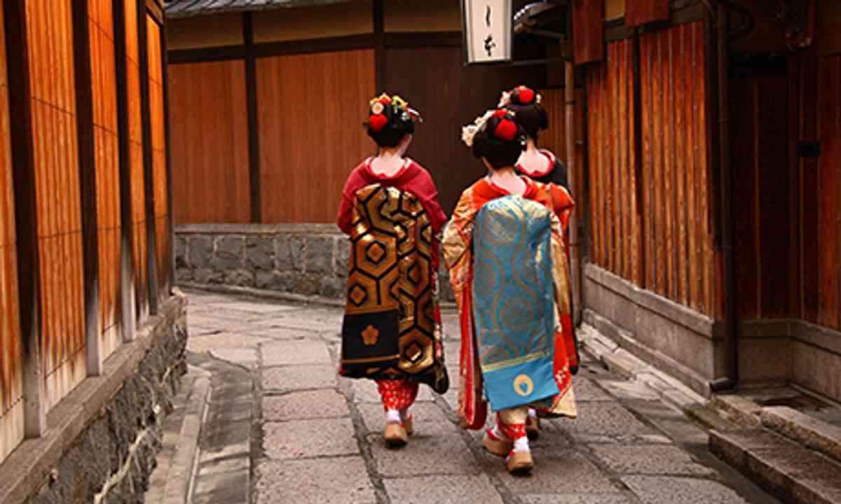 Geishas in Gion (Shutterstock.com)