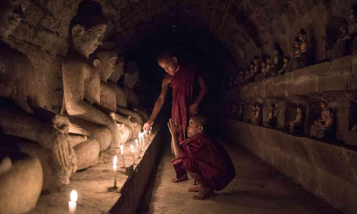 Young monks praying in Mrauk U (Dreamstime)