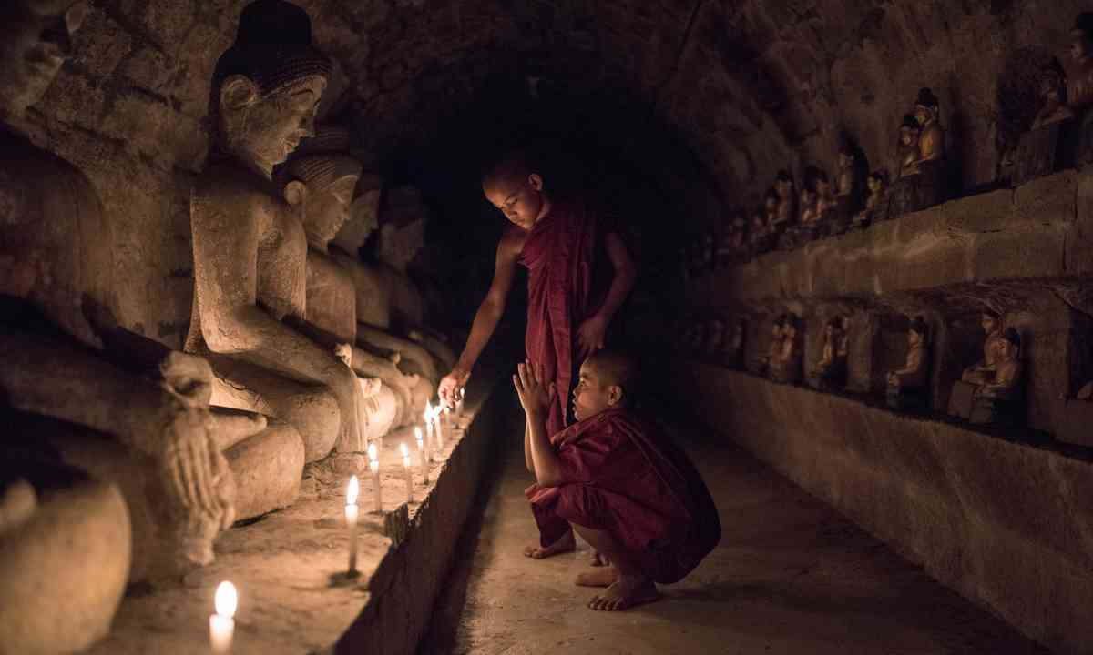 Young monks praying in Mrauk U (Dreamstime)