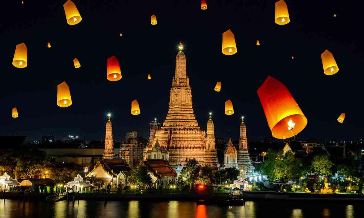 Wat Arun on Loy Krathong Day (Shutterstock.com)