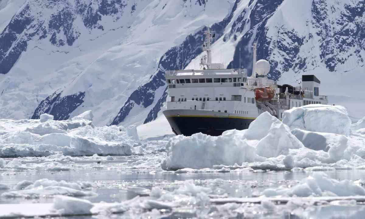Ship crossing Antarctic Peninsula (Shutterstock)
