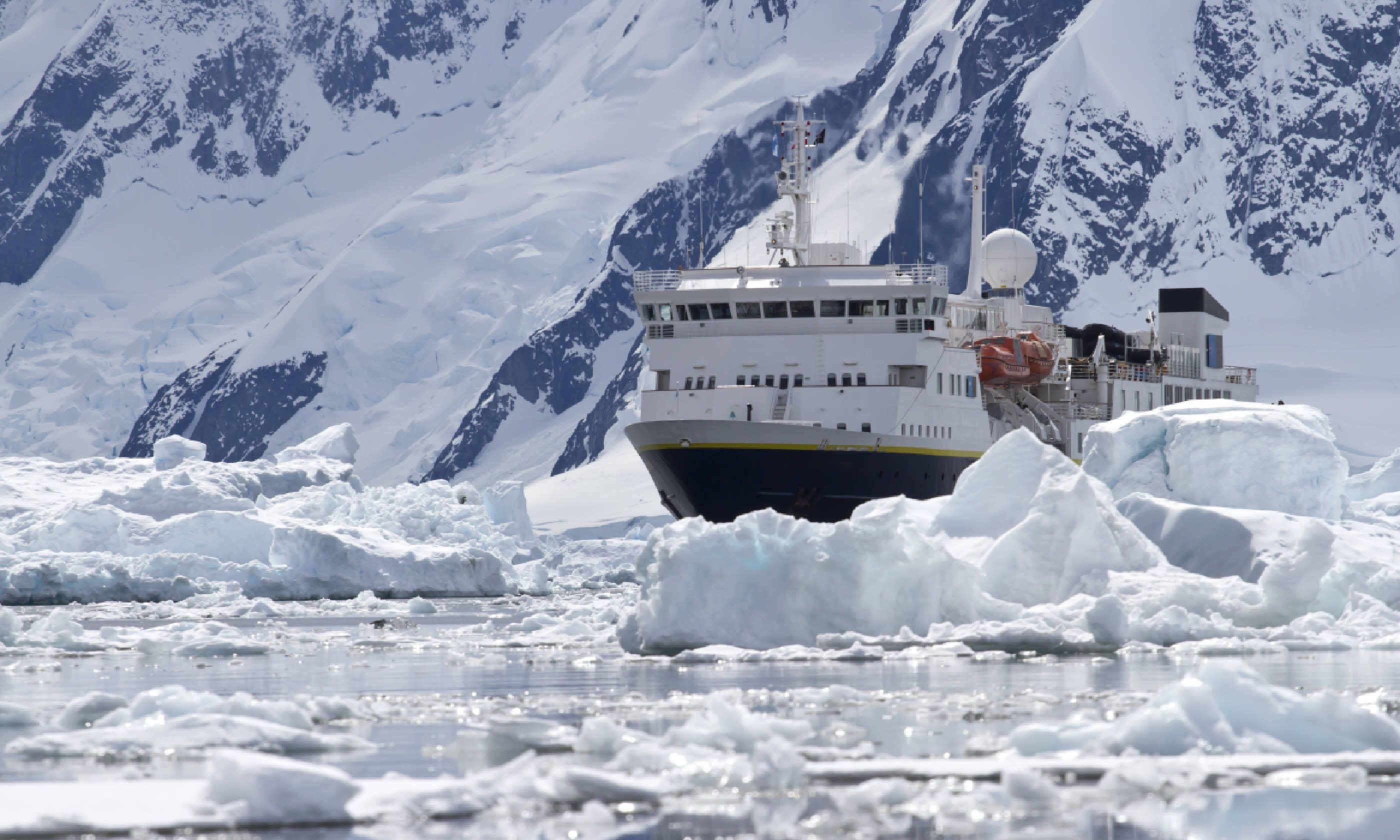 Ship crossing Antarctic Peninsula (Shutterstock)