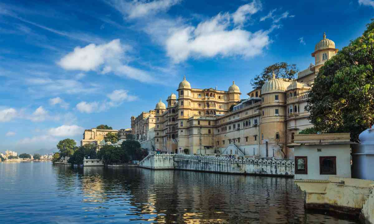 Udaipur City Palace and Lake Pichola (Shutterstock)