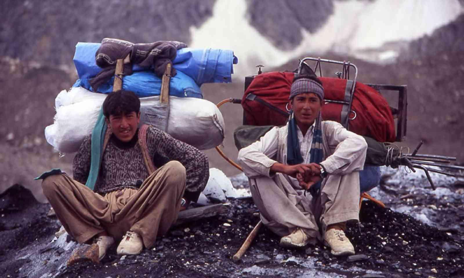 Porters resting en route to Concordia (Photo: J Turner / Mountain Kingdoms)