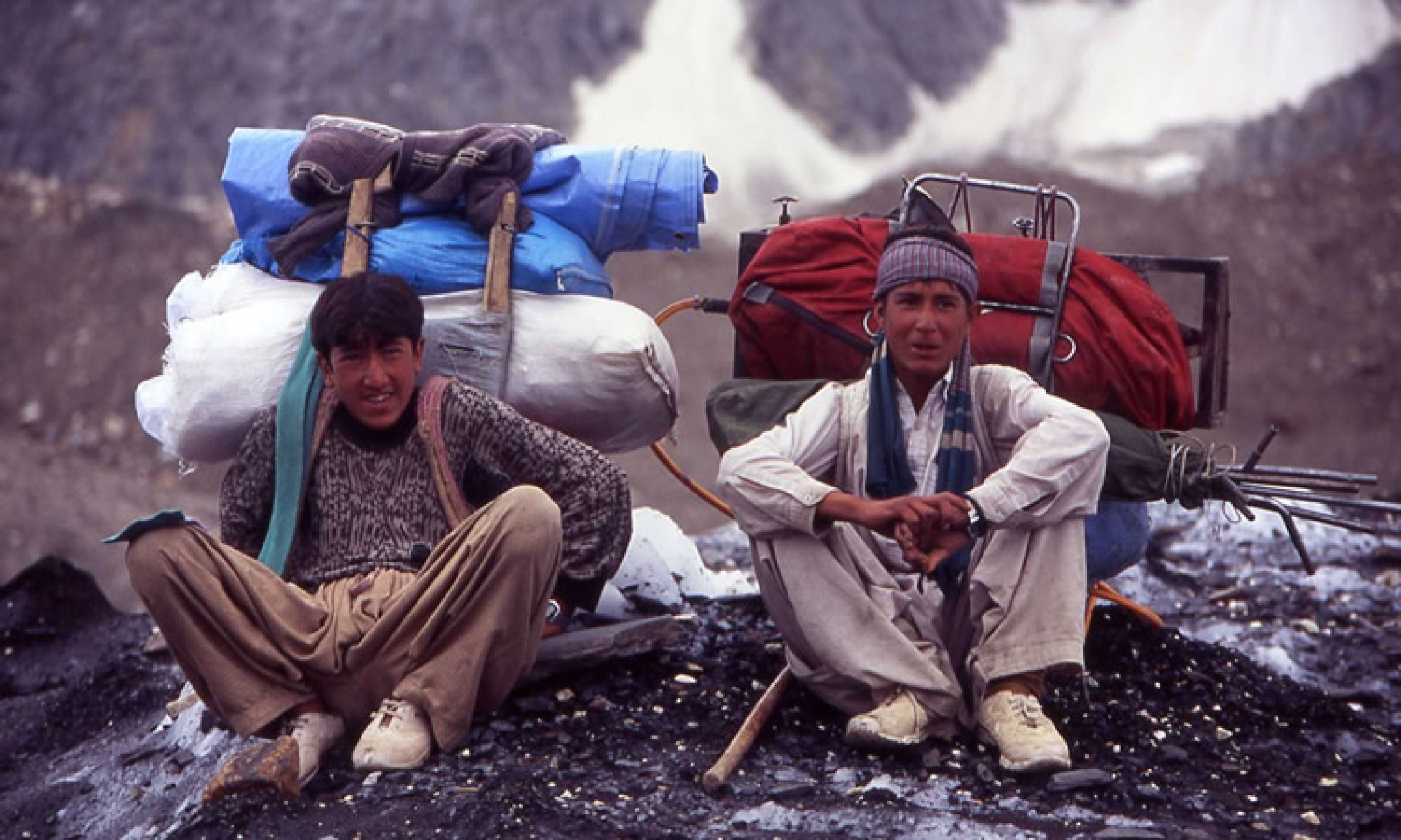 Porters resting en route to Concordia (Photo: J Turner / Mountain Kingdoms)
