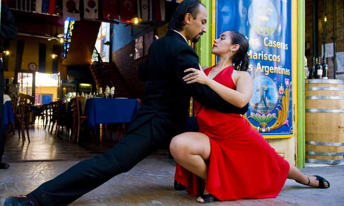Couple dancing in Buenos Aires. Shutterstock.com